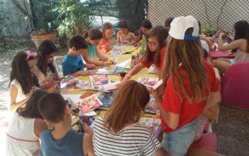 Σχεδιάζοντας την αποστολή: Μια φωτογραφία των παιδιών που συμμετέχουν στα εργαστήρια